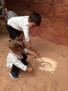 enfants cherchent fossiles
