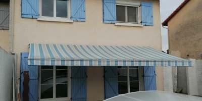 maison volets bleus